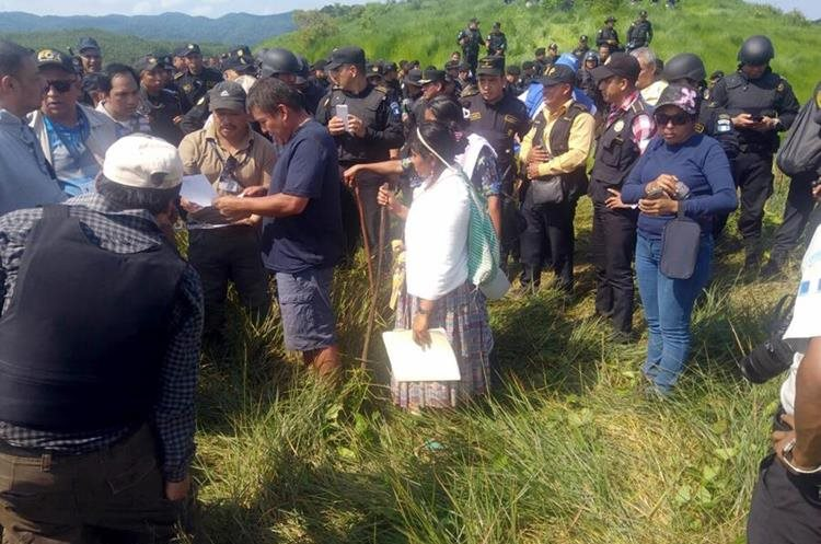 Con la supervisión de Copredeh y PDH los comunitarios firmaron el documento de desalojo. (Foto Prensa Libre: Dony Stewart)