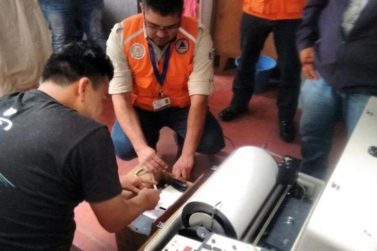 Expertos colocan sismógrafo en una casa para conocer más del problema. (Foto Prensa Libre: Conred).
