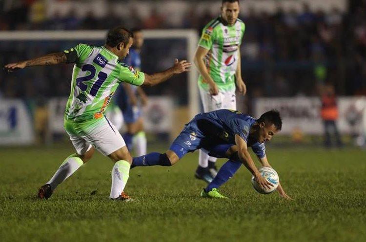 José Contreras fue de los más activos en el duelo.