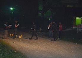 Fiscales del MP efactuan peritaje en el lugar del ataque. (Foto Prensa Libre: Dony Stewart)