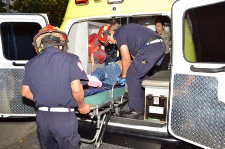 Socorristas trasladan a los heridos de la colonia Villalobos 2. (Foto Prensa Libre: CBM)