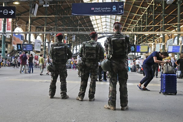 <em>Soldados vigilan el movimiento de pasajeros en una estación de tren de París.</em>