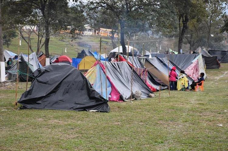 Decenas de familias utilizaron los sitios autorizados por la Basílica para poder acampar.(Foto Prensa Libre: Mario Morales)