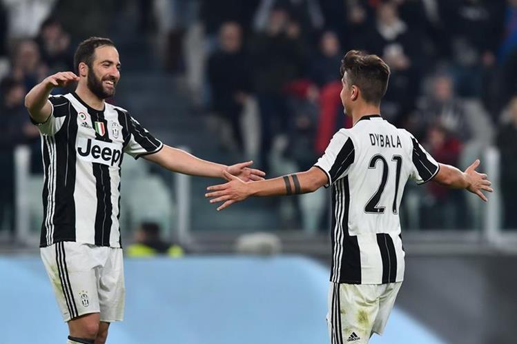 Los argentinos Paulo Dybala, que firmó un doblete, y Gonzalo Higuaín, junto a Claudio Marchisio, sellaron la goleada del Juventus ante el Palermo (4-1). (Foto Prensa Libre: AFP)