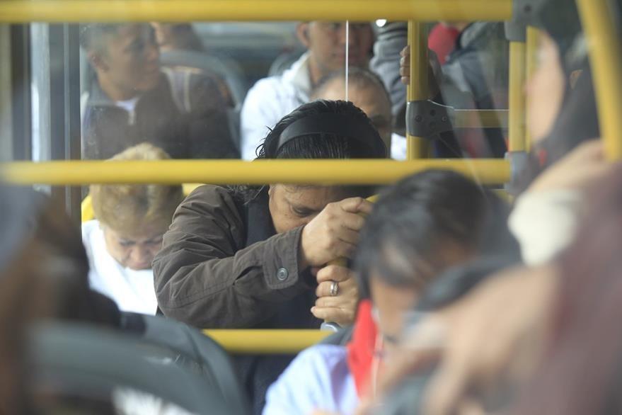 Pasajeros saben que el servicio es deficiente, pero es su única opción para llegar a su destino. (Foto Prensa Libre: Carlos Hernández)