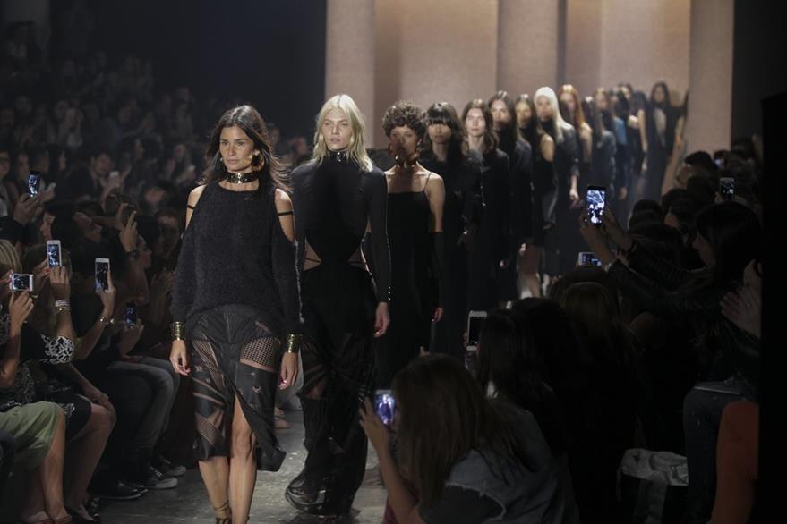 Modelos lucen las creación de la firma Lilly Sarti durante el desfile de modas en Brasil. (Foto Prensa Libre: EFE).