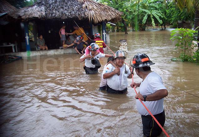 Bomberos rescatan a personas de las inundaciones en municipios de la costa sur durante el paso de la Tormenta Stan. (Foto: Hemeroteca PL)