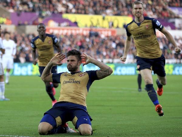 Olivier Giroud festeja uno de los goles del Arsenal. (Foto Prensa Libre: AP)