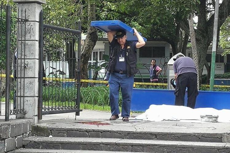 La mañana de este sábado fue atacado a balazos un hombre quien falleció en el interior del Parque Colón en la zona 1. (Foto Prensa Libre: U. Gamarro)