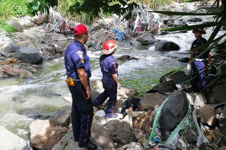 El cadáver de una mujer fue encontrado a orillas de un río de aguas negras en un barranco de la colonia El Milagro, zona 6 de Mixco. (Foto Prensa Libre: Érick Ávila)