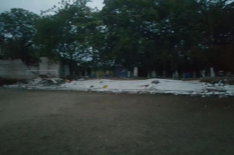 Muro de escuela derribado por el viento en Zacapa. Foto Prensa Libre: Conred.