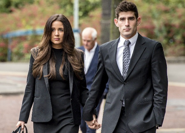 Ched Evans al momento de salir de la corte junto a su novia. (Foto Prensa Libre: AP)