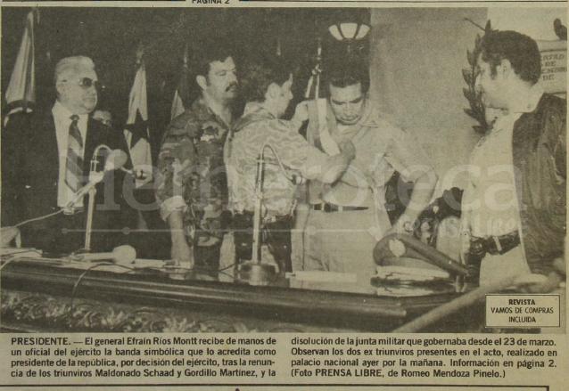 Detalle de la portada de Prensa Libre del 10 de junio de 1982 donde aparece un oficial del ejército invistiendo a Ríos Montt con la banda presidencial. (Foto: Hemeroteca PL)