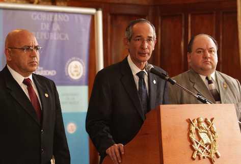COLOM hace el anuncio junto a Juan José Ruiz, ministro de la Defensa, y Mario Castañeda, viceministro de Gobernación.