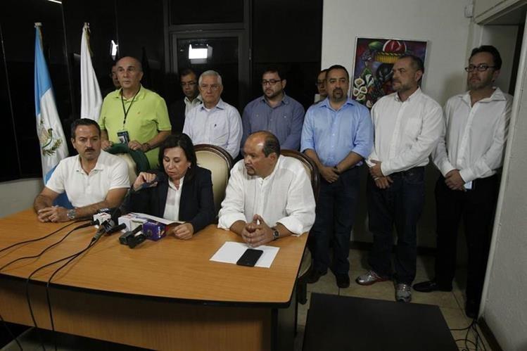 Sandra Torres y su equipo de campaña ofrecen una conferencia de prensa. (Foto Prensa Libre: Paulo Raquec)