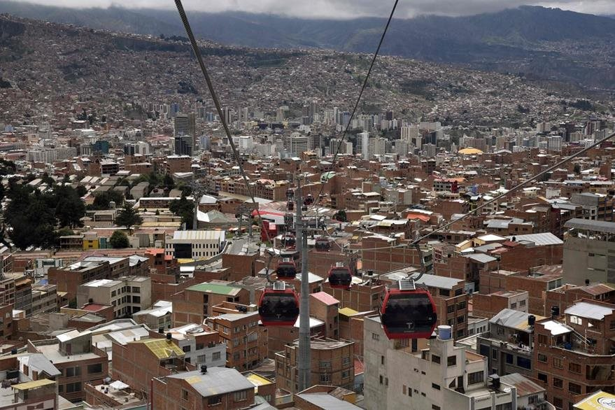 El gobierno boliviano ha invertido para las dos líneas de teleférico, que hacen un total de 10 kilómetros, US$234.6 millones. (Foto Prensa Libre: AFP).