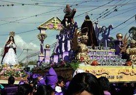 Devotos cargan anda con imagen de Jesús Nazareno, en Rabinal. (Foto Prensa Libre: Carlos Grave)