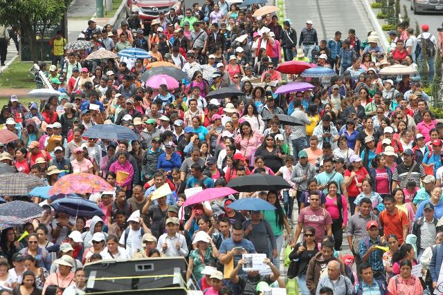 Maestros manifiestan en la 7a avenida de la zona 4. Se dirigen a Casa Presidencial, en zona 1. (Foto Prensa Libre: Ercik Ávila)