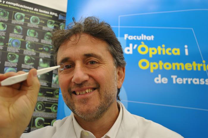 Jaume Paune, de la UPC, muestra el innovador lente.