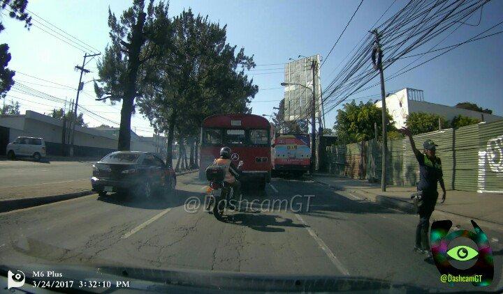 Bus urbano averiado afecta el tránsito en la calzada San Juan. Foto Prensa Libre: @DashcamGT