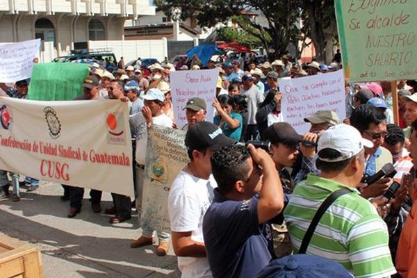 """<p>Empleados municipales protestan frente a la comuna de la ciudad de Jalapa, para exigir salario atrasado. (Foto Prensa Libre: Hugo Oliva)<br _mce_bogus=""""1""""></p>"""