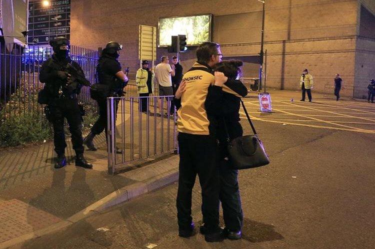 Varias personas murieron y otras resultaron heridas este lunes durante un concierto de Ariana Grande en el estadio Manchester Arena, Reino Unido, debido a supuestas explosiones.