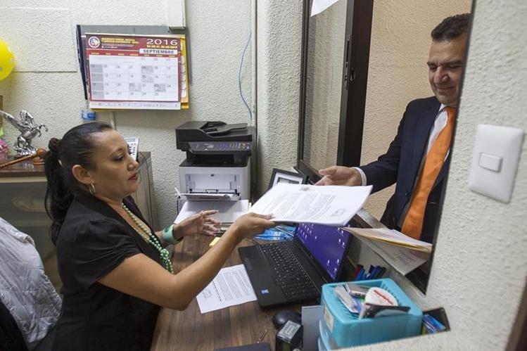 Juan Carlos Ríos presenta el documento ante Mishell De León, secretaria del Tribunal de Honor. (Foto Prensa Libre: Norvin Mendoza)