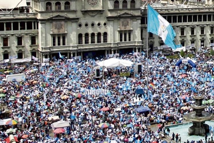 Se calcula la participación de unas 100 mil personas en la manifestación del 27 de agosto, exigiendo la renuncia del Presidente. (Foto Prensa Libre: Hemeroteca PL)
