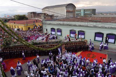 Procesión de la imagen de Jesús Nazareno Cristo Rey de la Iglesia de Candelaria empieza su recorrido por el Centro Histórico. (Foto Prensa Libre: Oscar Rivas).