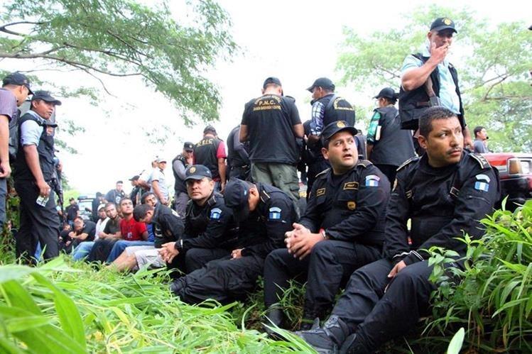 Los policías fueron detenidos en una carretera de Retalhuleu en 2015. (Foto Prensa Libre: Hemeroteca)