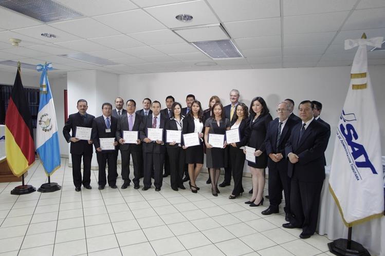 Representantes de la embajada de Alemania y de la cooperación alemana GIZ, junto a funcionarios de la SAT, otorgaron diplomas a participantes del taller sobre el nuevo sistema. (Foto, Prensa Libre: Edwin Bercián).