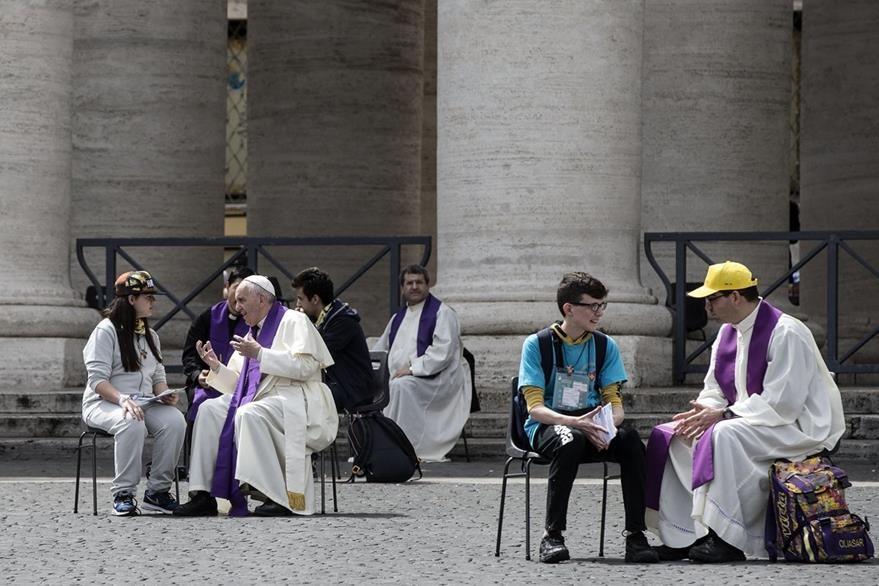 Varios jóvenes se confesaron con el papa Francisco. (Foto Prensa Libre: AP)