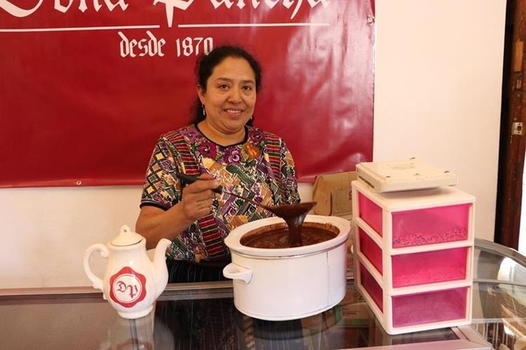 Mirna Rojas Quijivix, de Chocolatería Doña Pancha, prepara chocolate de forma artesanal. (Foto Prensa Libre: María José Longo)