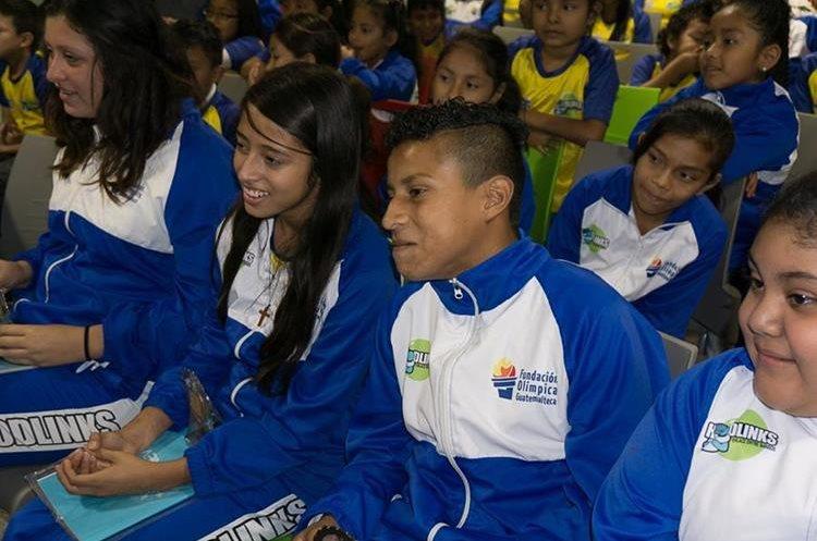 Los niños escuchan atentos durante el acto de premiación. (Foto Prensa Libre: Cortesía Funog)