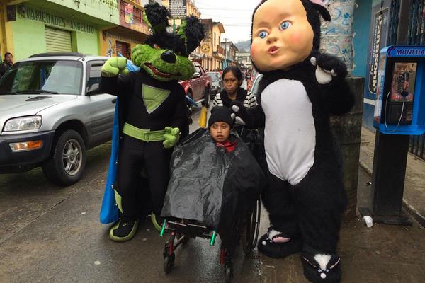 """<p>El pequeño de 12 años es empujado en silla de ruedas por su mamá en un recorrido de diez horas<br _mce_bogus=""""1""""></p>"""