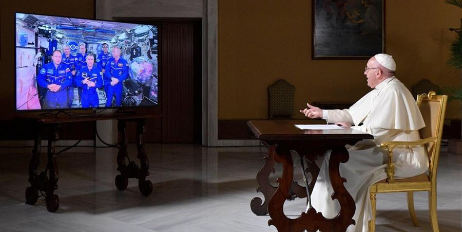 El papa Francisco conversó este jueves, mediante una videoconferencia, con tres astronautas estadounidenses y dos rusos. (Foto Prensa Libre: Twitter Greg Burke)