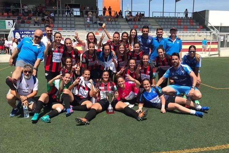 El equipo festeja luego de coronarse tricampeonas de la Copa Andalucía. (Foto Prensa Libre: Twitter)