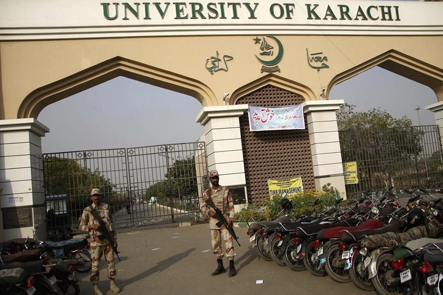 Miembros de las fuerzas de seguridad montan guardia en la universidad Bacha Khan del norte de Pakistán tras un ataque. (Foto Prensa Libre: EFE).