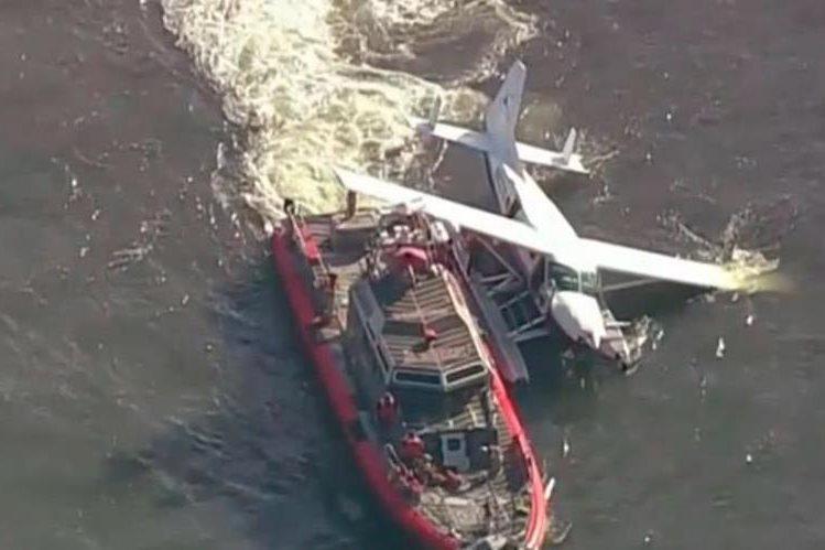 Asisten a pasajeros dehidroavión que tuvo problema al amerizar frente a Manhattan,Nueva York.
