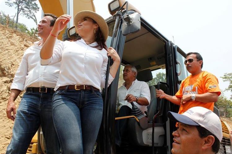 Sinibaldi, Baldetti y Pérez Molina, durante la inauguración de los trabajos de ampliación y pavimentación de la ruta entre Rabinal y Santa Cruz El Chol, Baja Verapaz. (Foto Prensa Libre: Hemeroteca PL)
