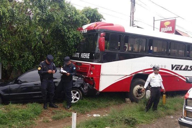 A causa del ataque, el autobús arrastró siete vehículos. (Foto Prensa Libre: Víctor Chamalé)