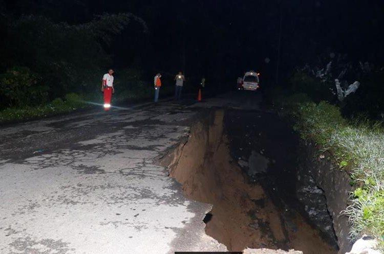 Autoridades en alerta por el hundimiento de tramo carretero, el cual es de más de 30 metros de largo. (Foto Prensa Libre: Rolando Miranda)