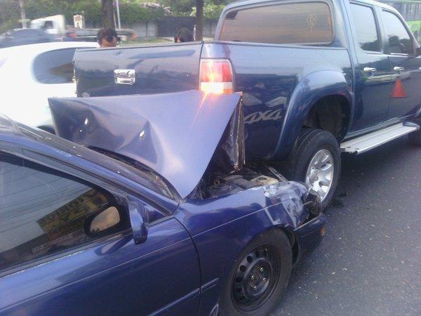 Dos vehículos colisionan en la Aguilar Batres y 46 calle de la zona 12. (Foto Prensa Libre: PMT Villa Nueva)