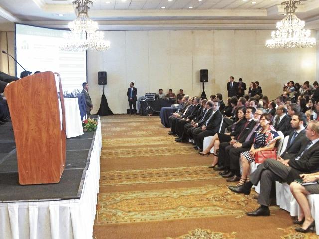 Francisco Solórzano Foppa, jefe de la SAT, presentó ayer el primer informe de su gestión. Lo acompañan el ministro de Finanzas, Julio Hector Estrada, y el presidente Jimmy Morales.