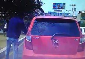 Hombre asalta a una conductora en la calzada Roosevelt. Foto Prensa Libre.