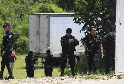 Policías resguardan un lote de precursores en Chuarrancho, vinculado a la organización de Yañez.