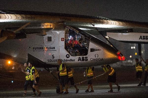 El avión Solar Impulse se prepara para despegar desde el aeropuerto de El Cairo. (AFP).