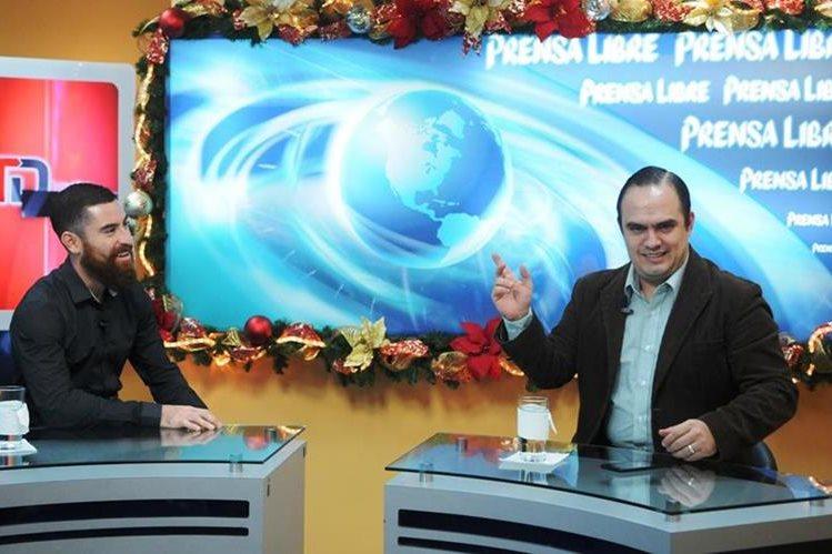 Jean Márquez (izquierda) conversa con el reportero Milton Meléndez. (Foto Prensa Libre: Jeniffer Gómez)