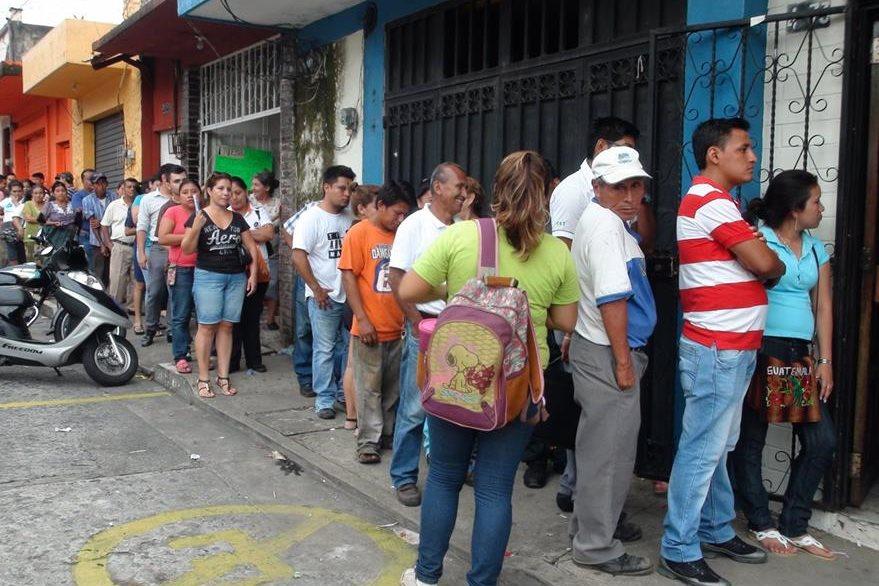 Decenas de personas buscan empadronarse  en Mazatenango Suchitepéquez. (Foto Prensa Libre: Melvin J. Popá)