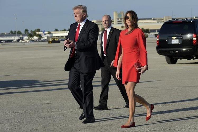 En este instante, el presidente Trump ya soltó la mano de su esposa Melania Trump para saludar a los simpatizantes. (Foto Prensa Libre: AP)